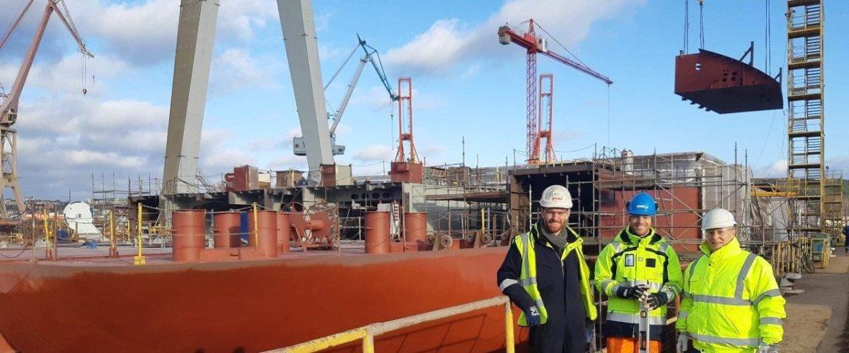 Oppfølging av skrogproduksjonen og produksjonen av fundamenter til kabelleggeutstyret i Gdynia, Polen. F.v. Mike Parry, Vegar E. Åtland, Jim Longford